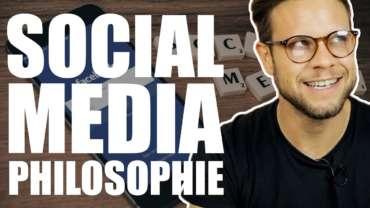 Mann spricht über Social Media Marketing Philosophie